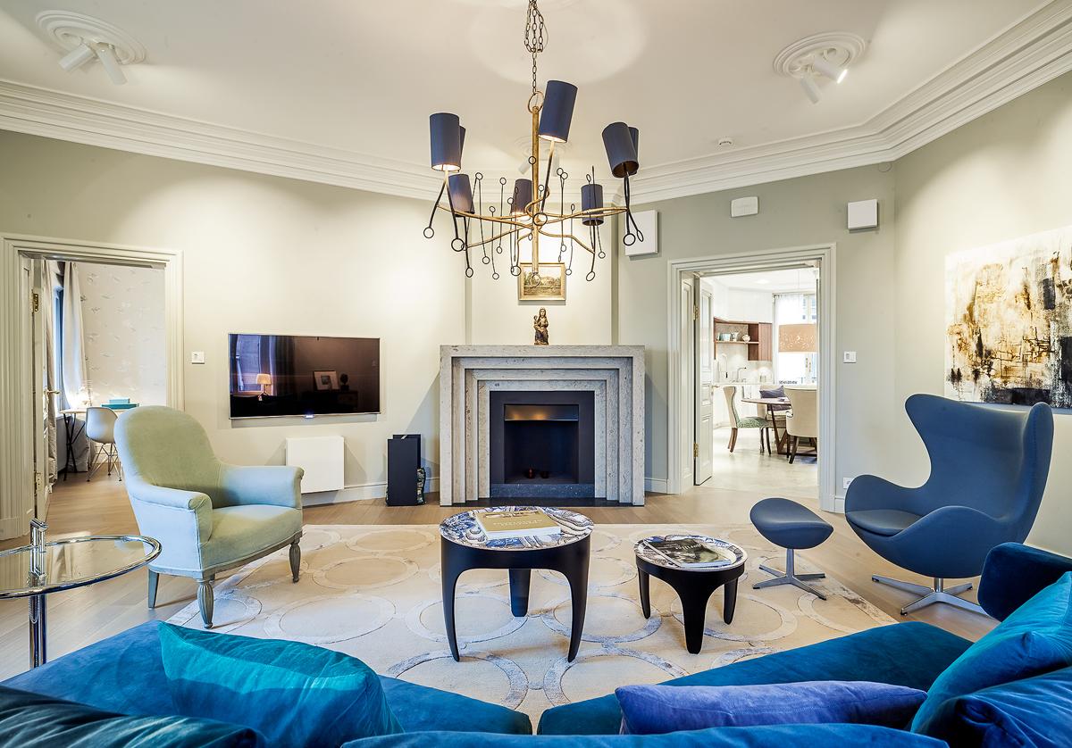 Vardagsrum i renoverad lägenhet i Stockholm av Rex Arkitektbyrå