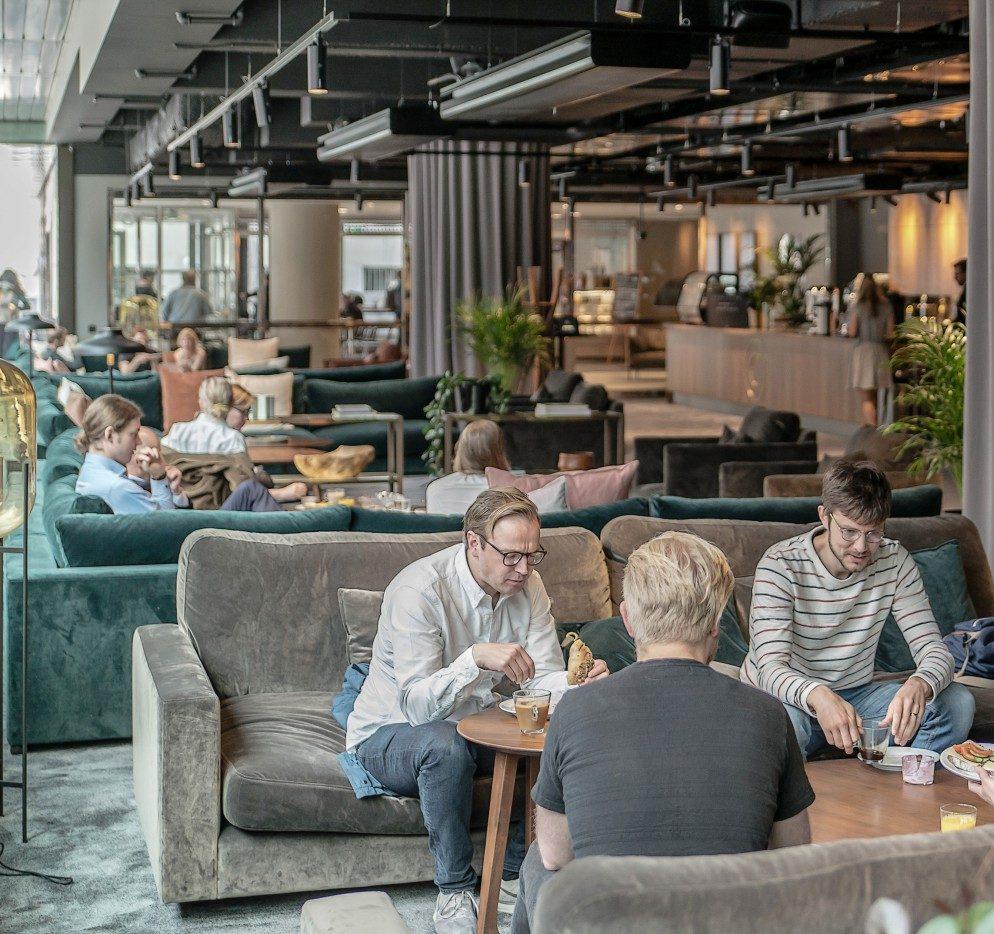 Soffgrupper i Convendum Slussen. Ett modernt coworking space med magnifik utsikt. Ritat av Rex Arkitektbyrå