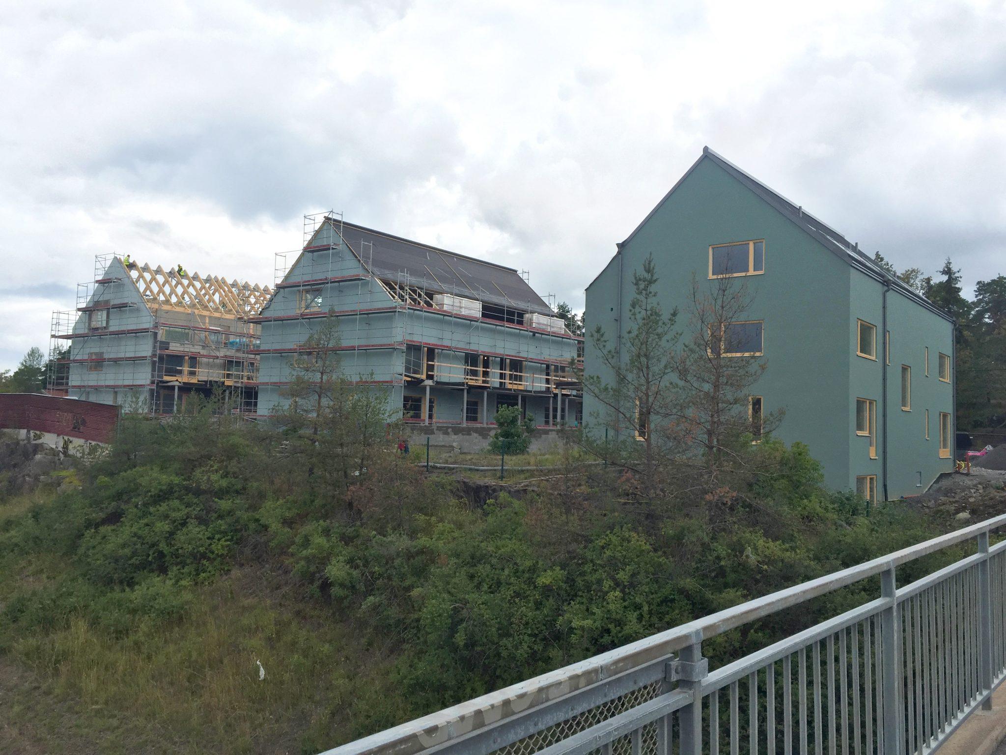 Bilder från bygget av tre platsbyggda flerbostadshus i Nacka. Ritade av arkitekterna på Rex Arkitektbyrå.