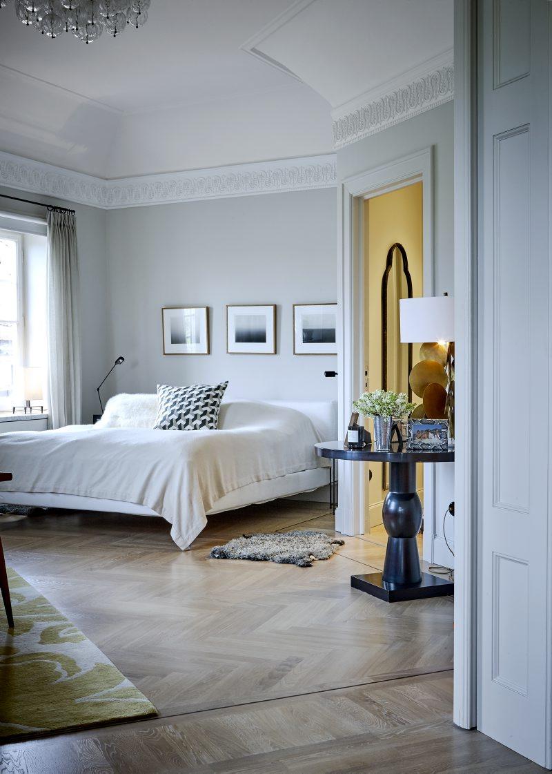 Ljust sovrum i lägenheten på Karlaplan i Stockholm av Rex Arkitektbyrå