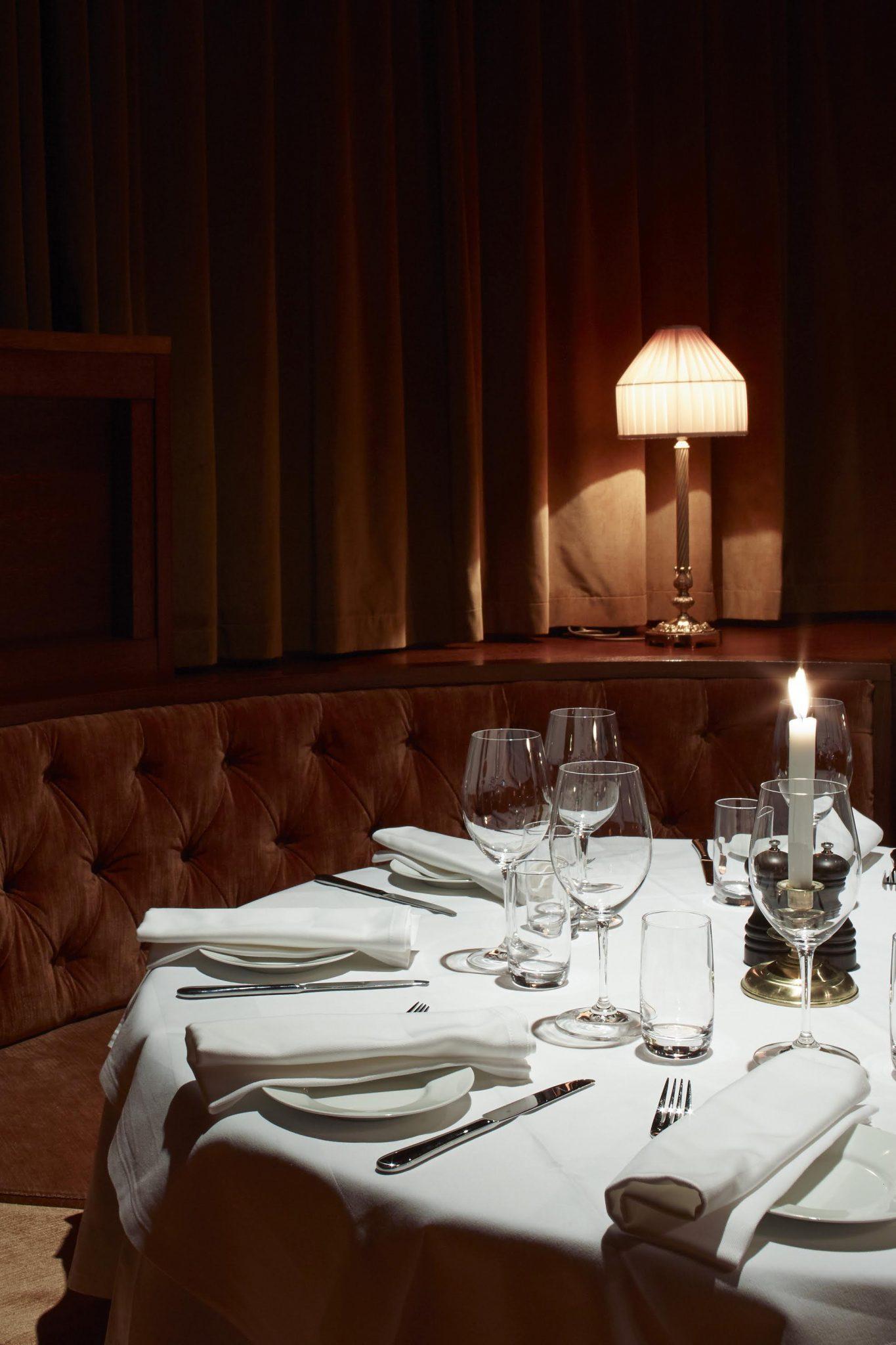 Rund, fast sittgrupp i restaurang Bardot, designad av arkitekterna på Rex