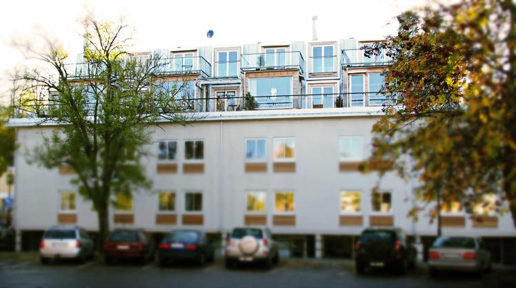 Vy av påbyggnaden från kontorshusets gård, radhus på befintligt tak av Rex Arkitektbyrå.