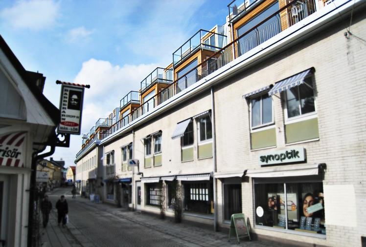 Vy från gatan på de nya radhusen placerade ovanpå befintlig byggnads tak, ritat av Rex Arkitektbyrå.
