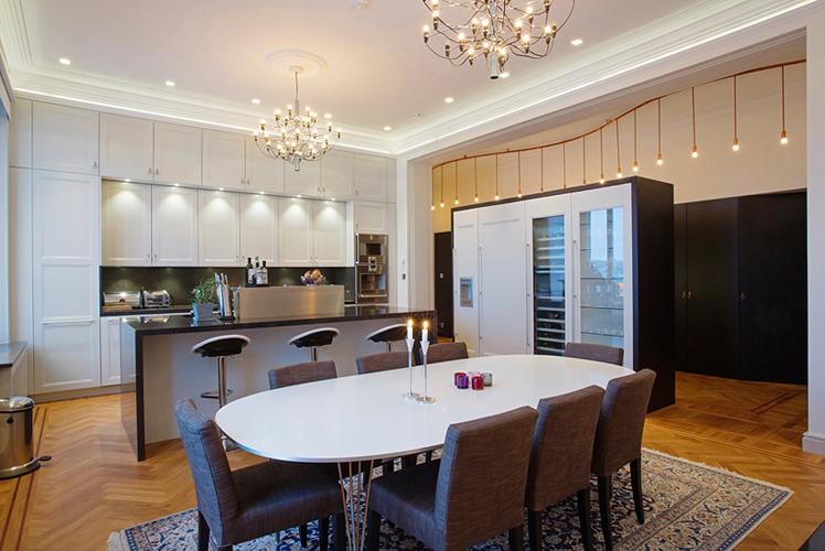 Elegant kök i en sekelskiftesvåning i Stockholm där Rex anlitades inför en omfattande renovering