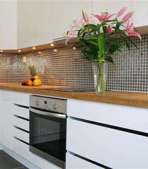 Kök i det nya parhuset i massivträ av Rex Arkitektbyrå