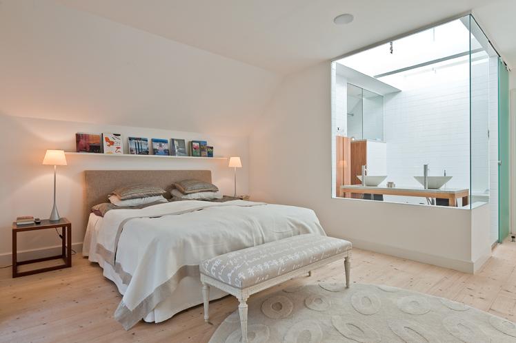 Masterbedroom och intilliggande badrum med ljuslanternin, av Rex Arkitektbyrå