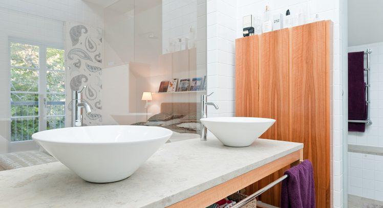 Badrum i anslutning till sovrum i Villa Nyhem som ritades om av Rex Arkitektbyrå